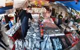 Comerciantes de mariscos reportan que algunos han tenido que bajar sus precios hasta 30 por ciento, otros más ofrecen sus productos preparados