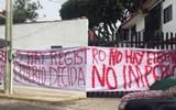 Encabezados por Fidel Demédicis, los simpatizantes también colocaron mantas de protesta en las instalaciones del Impepac