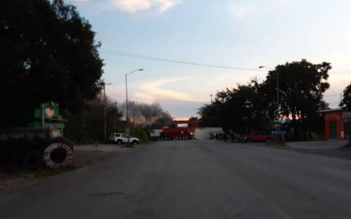 Pobladores cierran la Amayuca-Axochiapan - El Sol de Cuernavaca