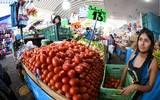 La gente ha disminuido su presencia para hacer sus compras en el mercado, señalan comerciantes