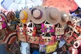 Elabora bolsos, cestos, canastos, adornos navideños y tortilleros.