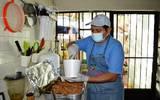 Este platillo, correspondiente a la gastronomía de Yucatán, se prepara tradicionalmente con carne de cerdo adobada en achiote
