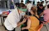 El secretario de Salud, Marco Antonio García Cantú explicó que en total se aplicarán más de 55 mil vacunas para personal tanto del sector público como privado