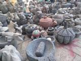 Maximino siempre se ha dedicado a recorrer el país, exhibiendo y vendiendo sus piezas elaboradas a base de piedra volcánica